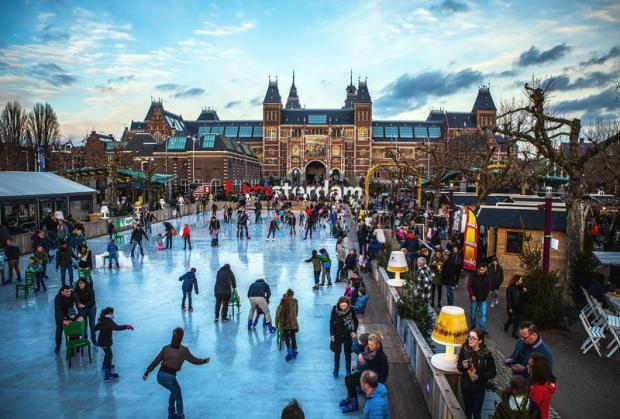 amsterdam-nederland-januari-vele-mensen-schaatsen-op-de-winterijs-het-schaatsen-piste-voor-rijksmuseum-populair-67962268.jpg