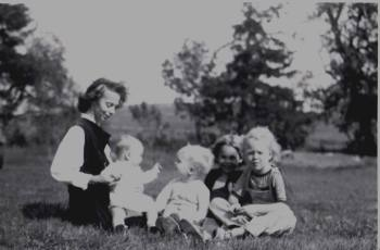 Mommie and four kids in Camptown yard10257624_10203150486259020_8513023102578119133_o (1)