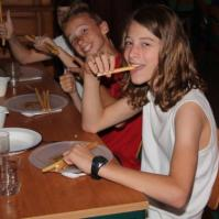 Mees en Giovanni aan de soepstengel