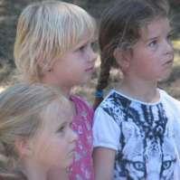 Kim, Jessie en Lara luisteren naar de speluitleg