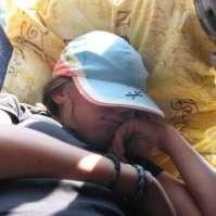 Naomi lekker aan het snurken in de bus