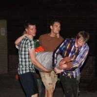 Roeland, Karel en Lars helpen Bente naar de wasbak