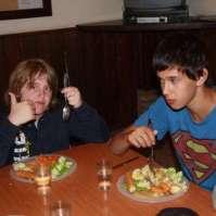 Damiën en Brandon tijdens het avondeten