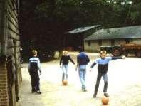 Voetballen op het plein