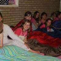 De meiden wachten op nachtzoentjes van de jongens