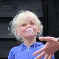Benthe laat haar talent zien: kauwgum-bellen blazen