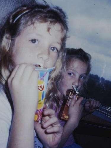 Nicolle en Marieke in de bus