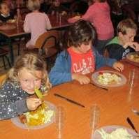 Valerie, Jeroen en Ruben aan de oosterse maaltijd