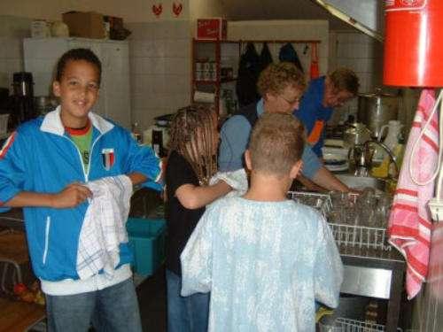 Corvee: even Annie en Truus helpen met de afwas