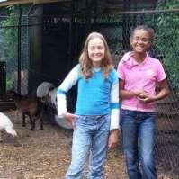 Leonie en Bjula bij de geitjes