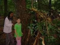 Bjula en Ingeborg bij hun zelfgemaakte hut