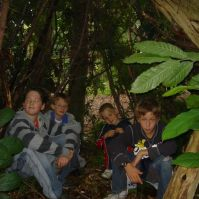 Yamiro, Thomas, Joshua en Levi in hun hut
