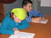 Larissa en Pim vullen de vragenlijst in voor het fotoboek