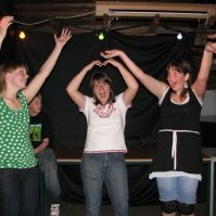 Kelly, Rinske en Manon tijdens de disco