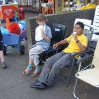 Mees en Sheldon nemen een ijsje in het dorp