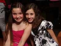 Joyce en Emma tijdens de disco