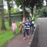 Michael met een groepje op weg naar het dorp