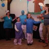 Josefiena en Valerie doen een dansje samen met de smurfenleiding