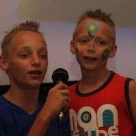 Mike en Jay zingen tijdens de bonte avond