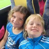 Lara en Jessie in de bus