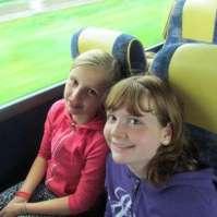 Roos en Lieke in de bus