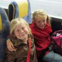 Jasmijn en Valerie in de bus