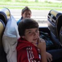 Sven en Nathan in de bus
