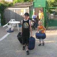 Mike en Jay komen hun koffers brengen