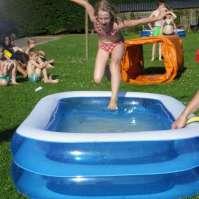 Mandy springt in het badje om veilig te zijn voor de sponzen