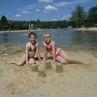 Lara en Jessie hebben een zandkasteel gebouwd