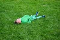 Lucas verstopt zich goed in het gras