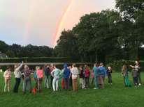 Een dubbele regenboog na een dag van regen