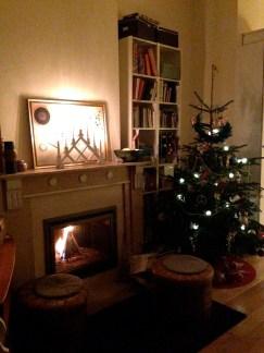 En bild från ditt hem och En bild som bäst beskriver din december - Kanske en av årets bästa stunder. Granen är nyklädd, elden brinner i kaminen och ljusstaken är tänd. Hemmet blir knappast bättre än så här. Så fint!