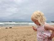 En bild från en resa du gjorde under året - Ella på stranden i Biarritz.