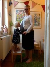 En bild på ditt favoritplagg just precis nu - Linne, kofta och kjol. Funkar som gravid och funkar efter. Har dock nu börjat nära en kärlek till byxan! WHAT?! Ligger inte hela min identitet i kjolen?! Svimmar om 2016 blir ett byxans år. PS. Randiga långkalsonger och tröja från Polarn och pyret som jag gav mig själv i julklapp kvalar också in rätt högt...