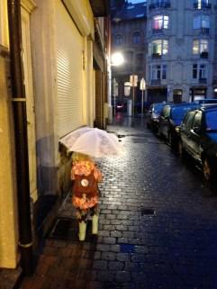 En bild från i år som bäst beskriver din vardag - Hämta och lämna Ella på skolan. Just den här bilden är tagen i höstas när Ella fick inviga sitt nya paraply på vägen hem.