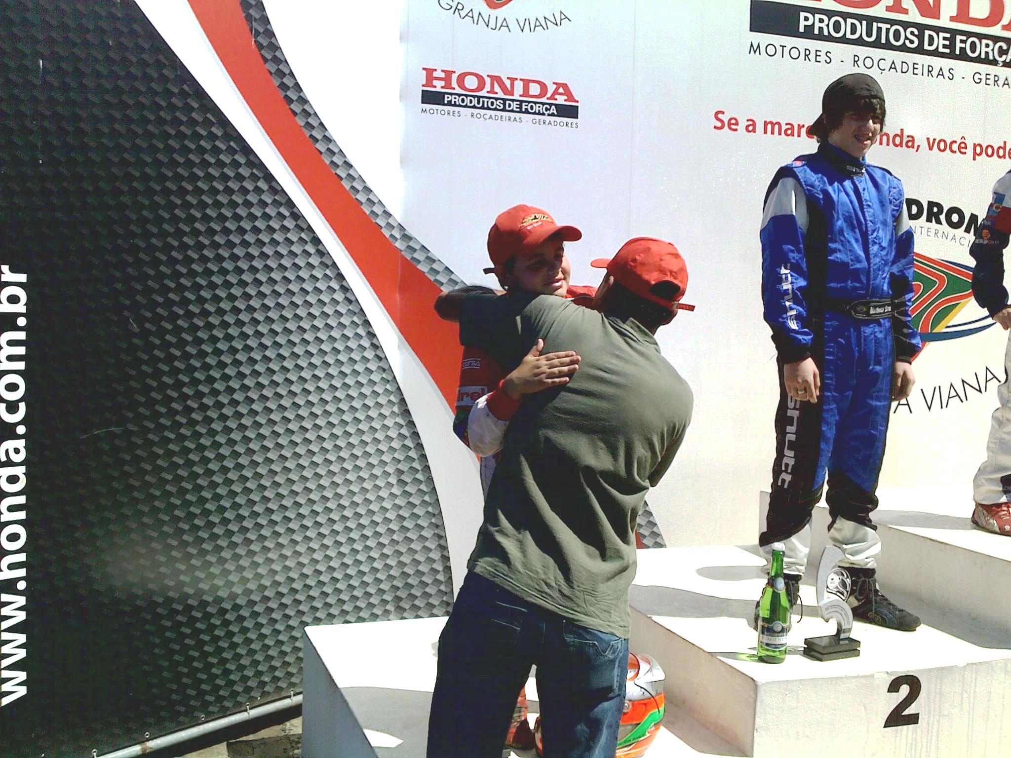 O abraço de Márcio em Victor no podium.