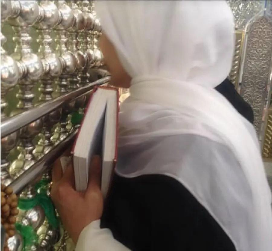 فاطمة مسعود الأسد في زيارة لمقام السيدة زينب في ريف دمشق