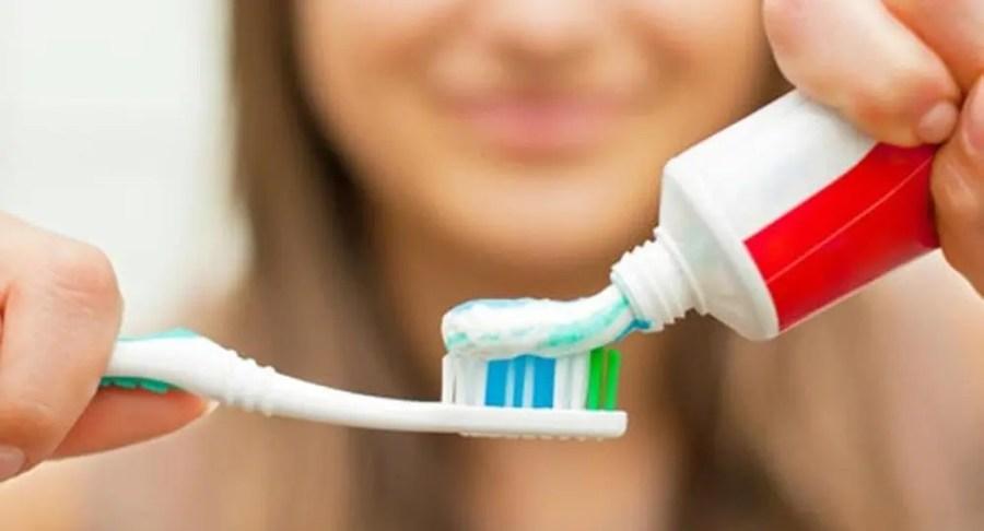 هل نبلل فرشاة الأسنان قبل أم بعد وضع المعجون