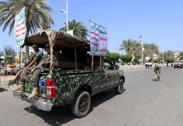 حوثيون يستقلون عربة في الحديدة رفعلوا عيلها شعاراتهم المناهضة لأميركا (أرشيفية)