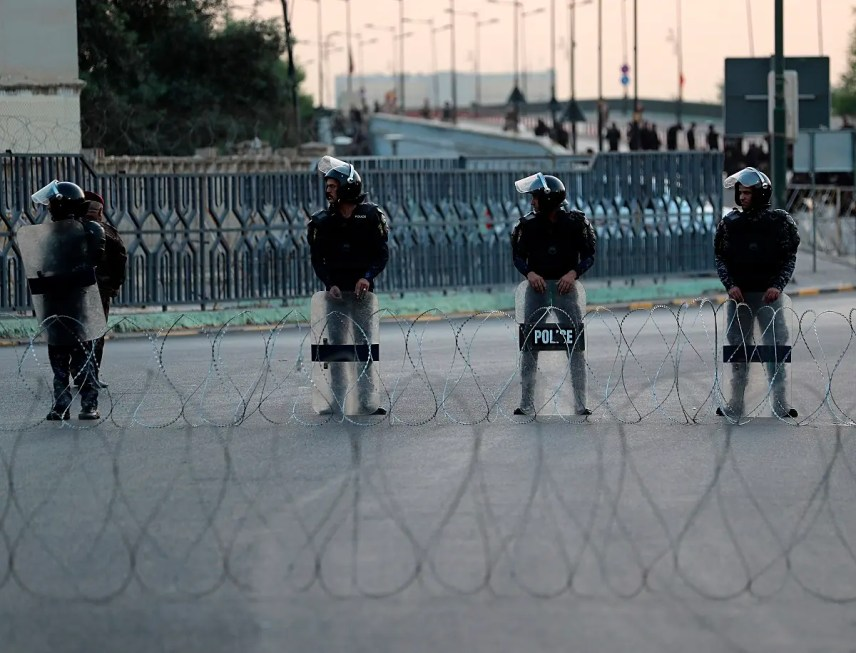 Iraqi security forces close a bridge leading to the Green Zone while protesters gather during a demonstration demanding services and jobs in Tahrir Square, in central Baghdad. (File photo: Reuters)