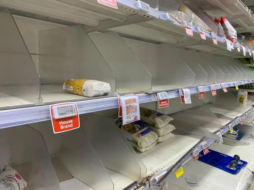محال تجارية في سنغافورة خالية من الأطعمة والمستلزمات خوفا من كورونا - فرانس برس8 يناير
