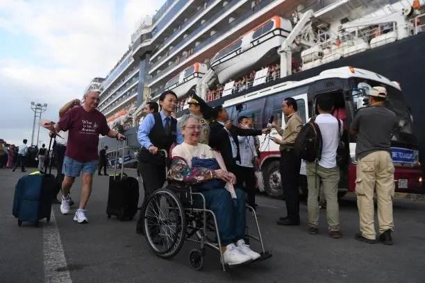 ركاب سفينة إم.إس ويستردام لدى وصولها إلى كمبوديا (فرانس برس)