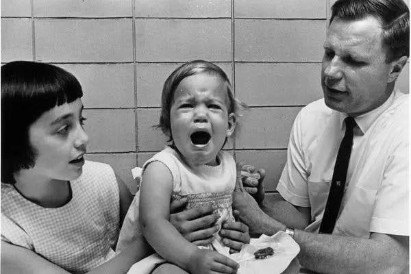 موريس هيلمان مع ابنته الصغرى كريستن البالغة من العمر عاماً واحداً