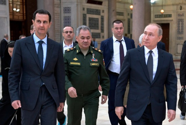 Russian President Vladimir Putin, right, Syrian President Bashar Assad, left, and Russian Defense Minister Sergei Shoigu, center, visit the Umayyad Mosque in Damascus, Syria, Tuesday, January 7, 2020. (AP)
