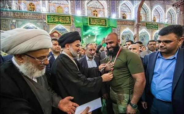 ابوعزرائيل در حال گرفتن مدال از یک روحانی