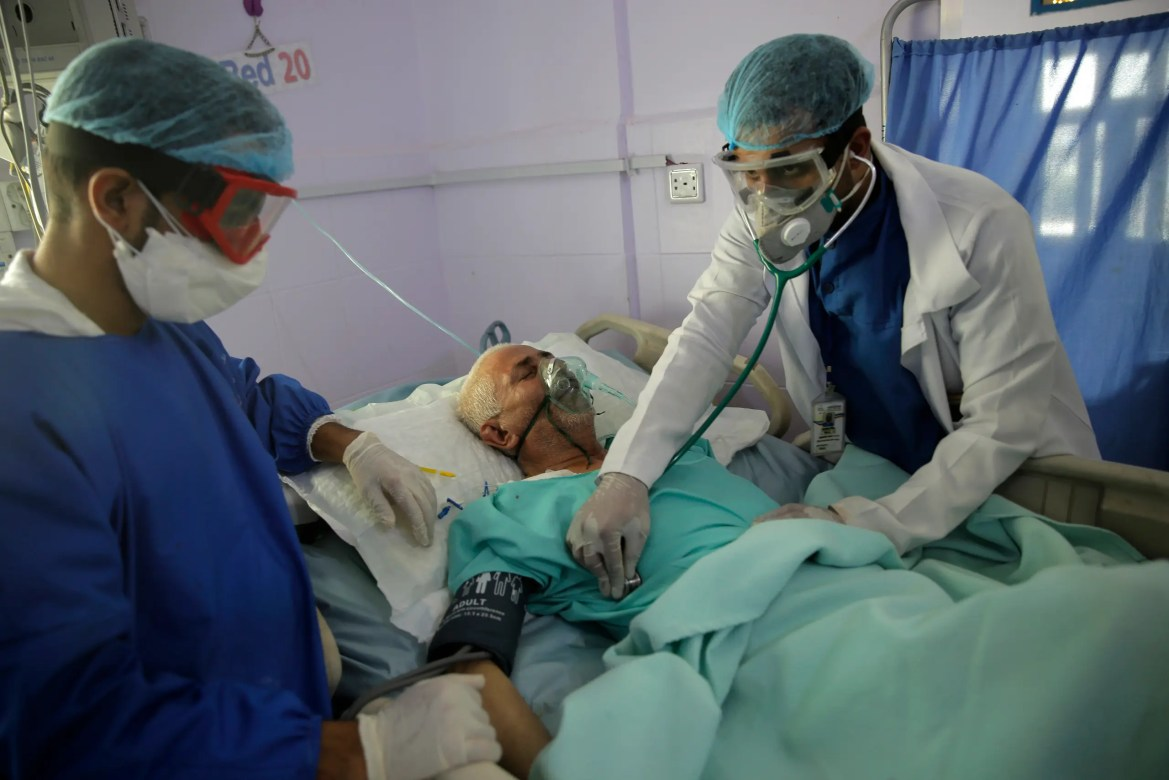Medical workers attend to a COVID-19 patient in an intensive care unit at a hospital in Sana'a, Yemen. (File photo: AP)