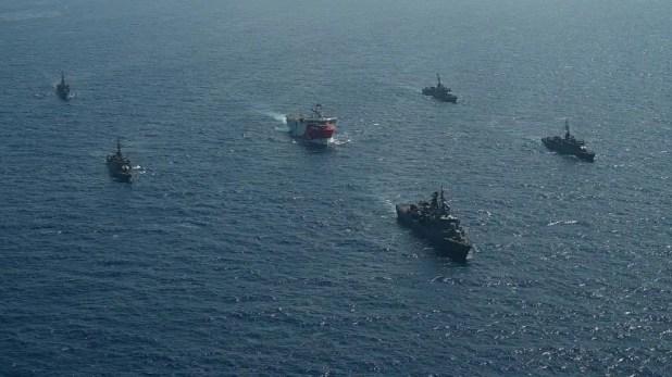 سفينة مسح تركية ترافقها سفن حربية في المياه اليونانية