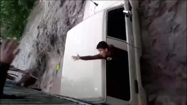 استغاثة طفل من داخل السيارة
