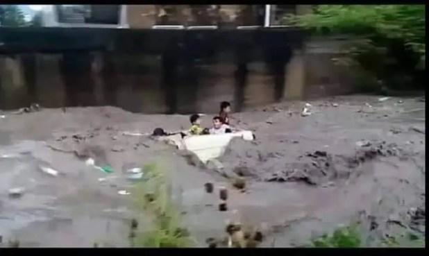 الأطفال وهم على متن السيارة أثناء جرفها قبل أن يصبحوا في عداد المفقودين